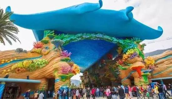 入口处的海洋大街,穹顶是魔鬼鱼的造型