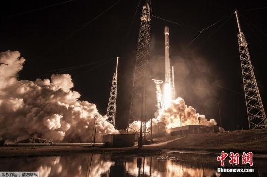 """资料图:1月7日,太空探索科技公司的""""猎鹰9""""号火箭搭载""""祖马""""发射。"""