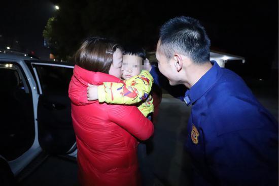 男童的家人前来认领 房县新闻网 图