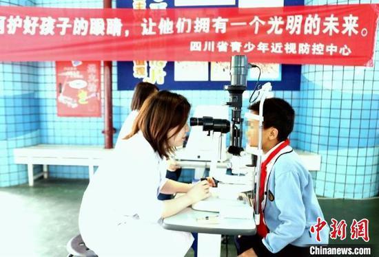 眼科醫生給青少年檢查眼睛。(資料圖)四川省人民醫院供圖