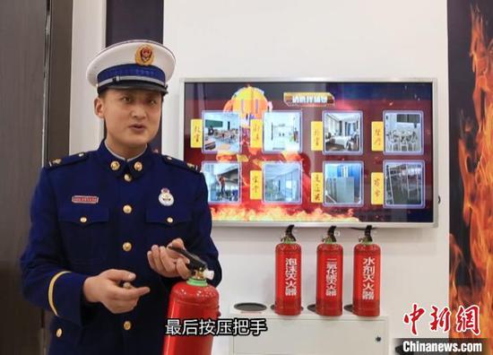 图为视频中消防员讲解消防知识。 罗小乐 摄