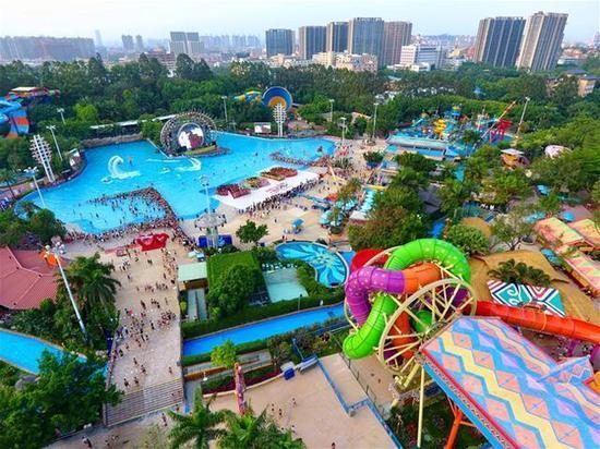 俯瞰一下水上乐园,我们来了。开启疯狂的夏日避暑玩水体验吧