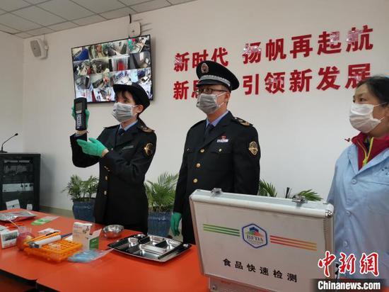 """北京市中小学校、托幼机构食堂和学生餐配送单位全部完成""""阳光餐饮""""工程建设,将学校食品安全""""晒在阳光下"""",接受全社会的监督。 杜燕 摄"""