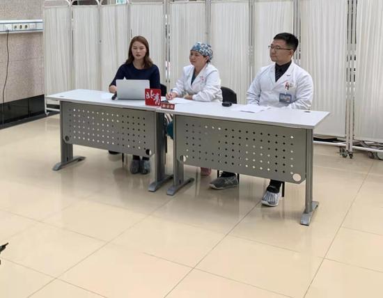 北京八一儿童医院的医生在介绍孩子的病情。新京报记者 倪兆中 摄