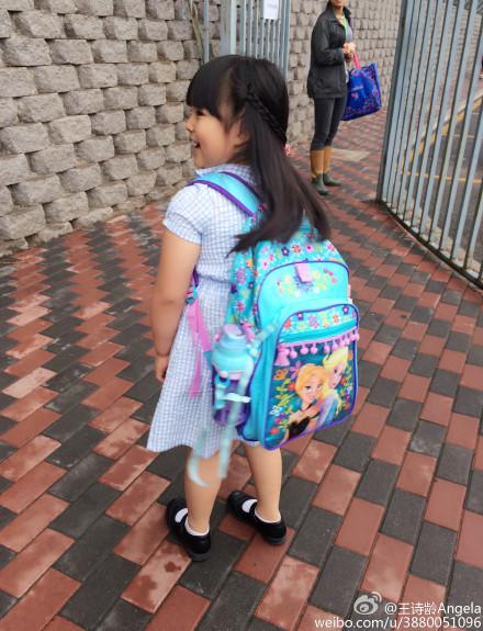 """王诗龄在微博晒上学照,开心的说""""放学了!"""""""