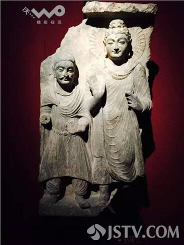 江苏卫视上关于南京大报恩寺的贵霜贵族礼拜佛陀浮雕照片