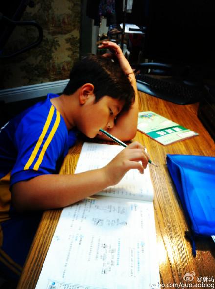 """郭涛晒照称""""好孩纸,写完作业赶紧出去玩"""""""