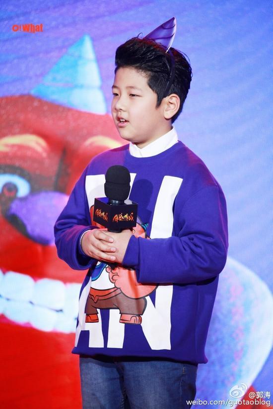 郭涛在微博中晒出儿子参加电影发布会照片