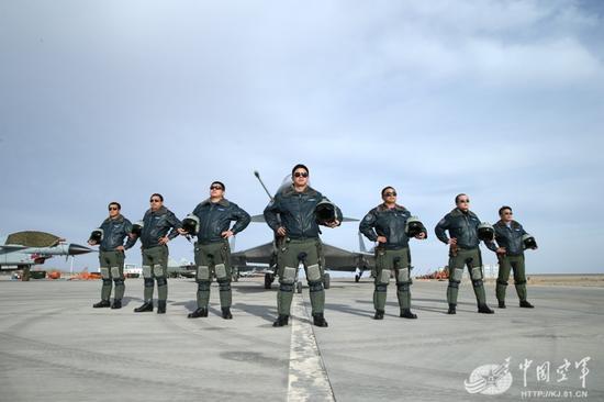 我空军金头盔飞行员集体亮相