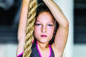 米拉的日常体能训练包括长跑、游泳、举重、柔韧训练、拳击格斗和障碍穿越等。网络图片