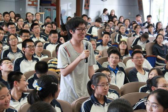 """4月20日,iTsinghua学堂首场活动——清华大学副校长杨斌教授走进北京四中,为高一高二学生进行了一场题为""""值得期待的大学时光:批判性思维和学习型社群""""的讲座,反响热烈。"""