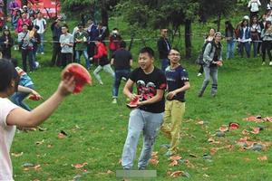 近日,网曝两千学生在重庆武隆为减压砸了一吨西瓜。 网络截图