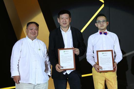 钱晓华为捐赠作品艺术家代表颁发证书