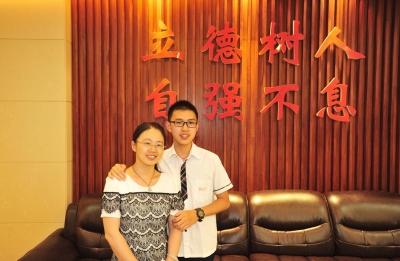 华嘉宁和妈妈在一起。刘江瑞 摄