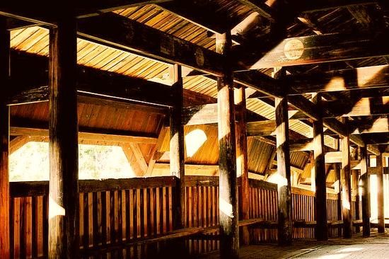 木拱廊桥完全是用榫卯结构建成的