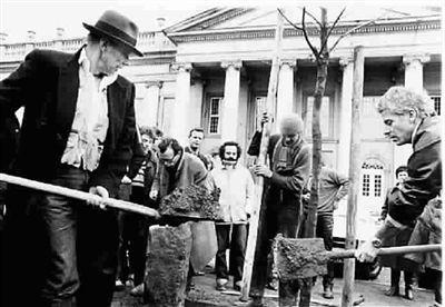 博伊斯种下《7000棵橡树》的第一棵橡树