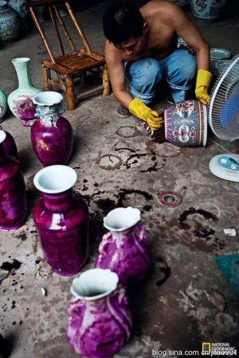 """景德镇樊家井一个作坊里工人用高锰酸钾涂刷瓷器进行""""做旧"""""""