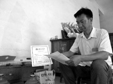 金璐的父亲拿着女儿的大学录取通知书,却在为学费发愁