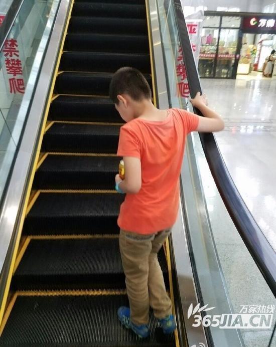 合肥7岁男童为索要美女阿姨电话号码报假警