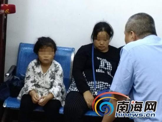 面对民警的询问,母女俩始终一言不发。