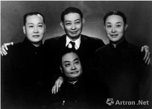 梅兰芳(中上)、程砚秋(中下)、荀慧生(左一)、尚小云(右一)合影