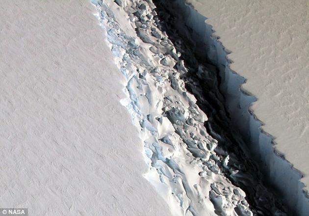 图为从空中拍摄的裂缝照片。截至去年12月,裂缝已经增长了18公里,剩下仍与冰架相连的部分已经所剩无几。