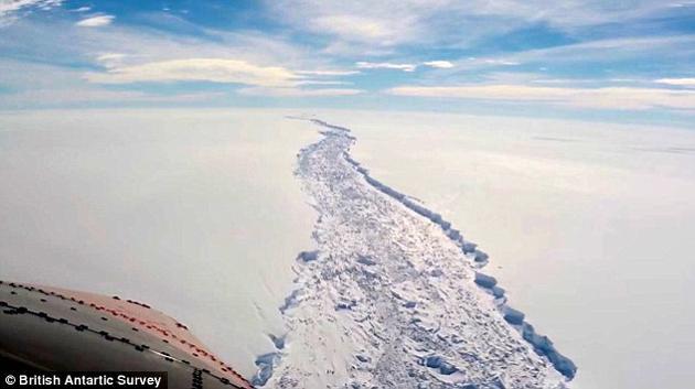 据估计,该冰山面积将超过五千平方公里。专家担心冰架的整体稳定性或遭到破坏,导致海平面大幅上升。