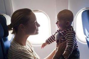 宝宝坐飞机哭闹,我怎么缓解TA的不适感?
