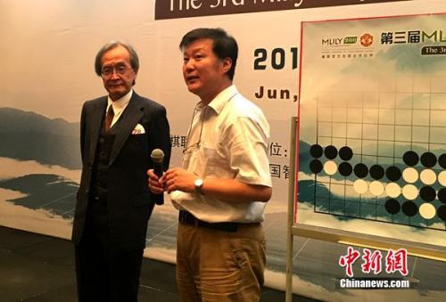 DeepZenGo的开发者加藤英树(左)。中新网记者王牧青摄
