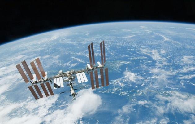 国际空间站环绕地球运行,而地球环绕太阳运行,太阳在银河系以特殊的曲线轨道形式运行。