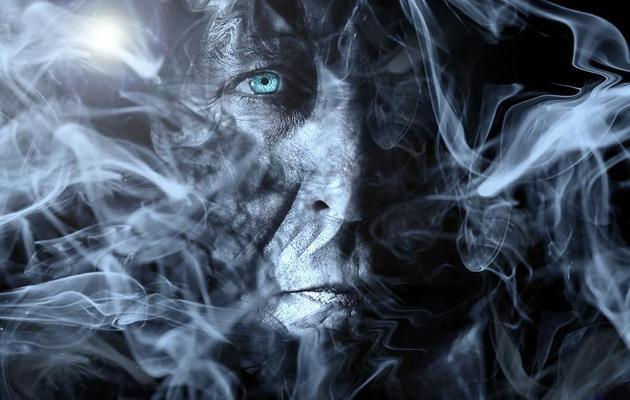 如果你的身体是由暗物质粒子构成,那么这张图片将非常形象地描述你,你存在的效果如同烟雾一般,这是最恰当地描述你的转变过程。其他人无法看到你的存在,你体内的暗物质粒子以任意方向涌动。