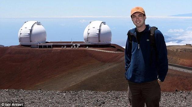 美国加州拉斯昆布瑞天文台的科学家一直在利用圣地亚哥附近的中期帕洛玛瞬变现象工厂望远镜进行研究。图为该研究的主要作者伊埃尔·阿卡维(Iair Arcavi)。他们还采用了夏威夷凯克天文台的数据。