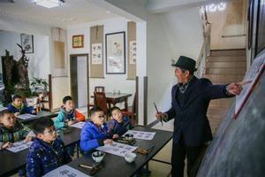 大爷家中开课堂 12年义务教800多名孩子学书法