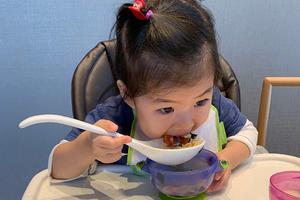 章子怡晒女儿吃饭萌照 小妙招让孩子胃口大开