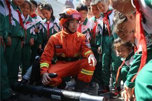 """甘肃""""绿色卫士""""与小学生零距离互动 普及防火常识"""