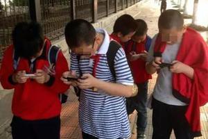 中国穷人的孩子 正在被手机废掉