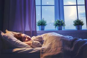 8個半月寶寶晚上睡覺翻身趴著抬頭是缺鈣嗎
