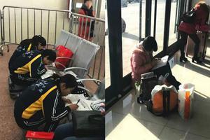 """""""学霸炼成记"""":中学生春运等火车都在赶作业"""