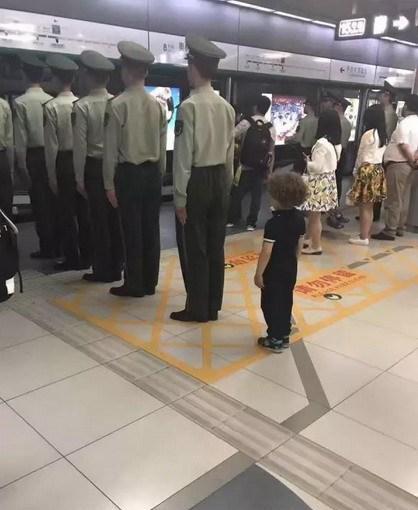 小朋友学军人排队等地铁
