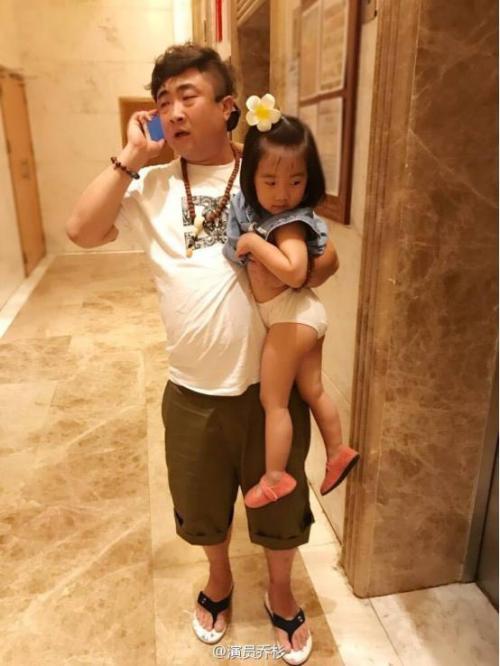 乔杉抱女儿