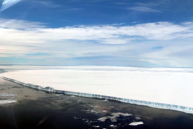 从这张照片中可以看出脱落的冰山规模之大。