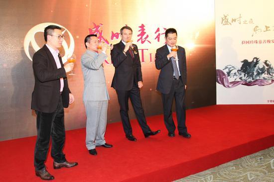 左起:管齐军(亨得利集团零售事业部大陆区总裁),张瑜平(亨得利集团