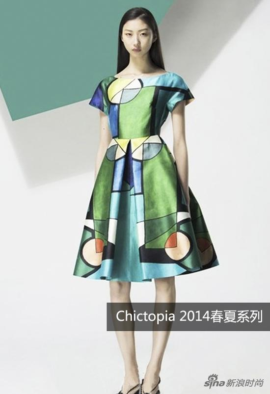 蓝绿色系的几何图案拼接艳丽夺目且很好的提亮了肤色