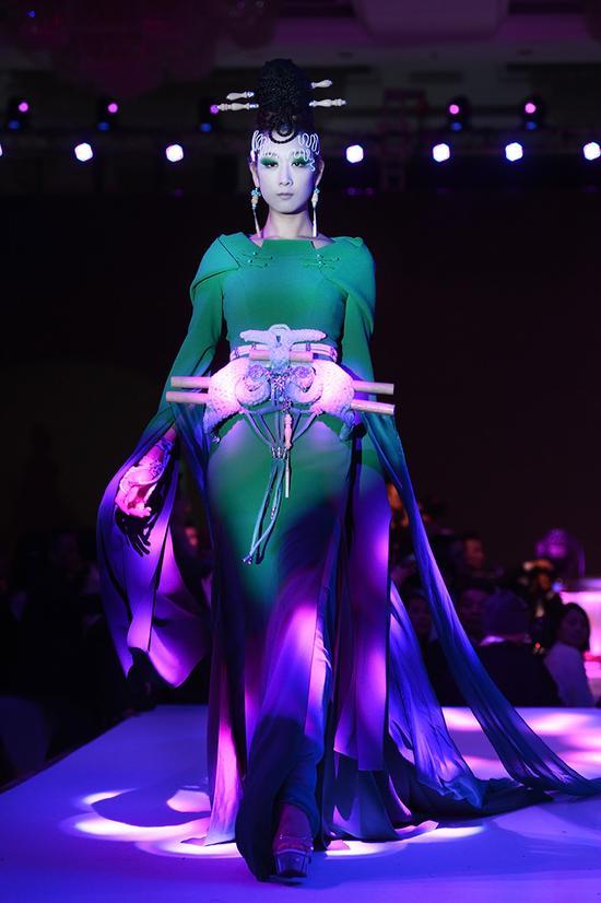 模特所展示的服装颇具神秘感