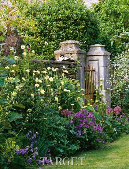 eden)带着他们三个可爱的孩子生活在这座美丽的乡村花园中,米兰达还从
