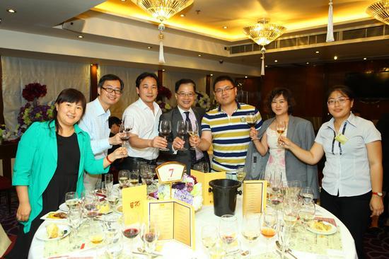 所有到场的中国葡萄酒业代表,包括葡萄酒业组织、酒庄酒企、葡萄酒商、培训机构、媒体等嘉宾朋友纷纷表示,对于中国葡萄酒的日益进步表示开心,对于中国葡萄酒的成长表示期待,对于中国葡萄酒的未来充满了信心,大家将一起发现、分享和见证中国葡萄酒发展的黄金时代。