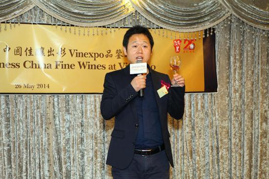 酒媒网总经理王江松现场分享了中国葡萄酒课程的准备概况