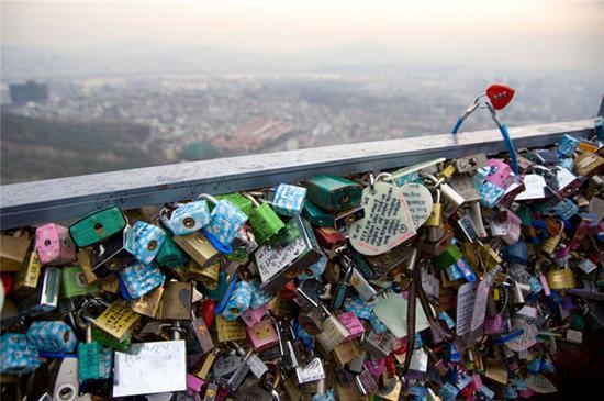 韩国首尔塔上的情人锁