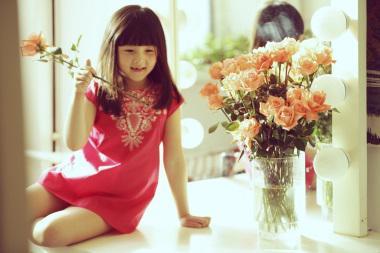 桃红色刺绣连衣裙