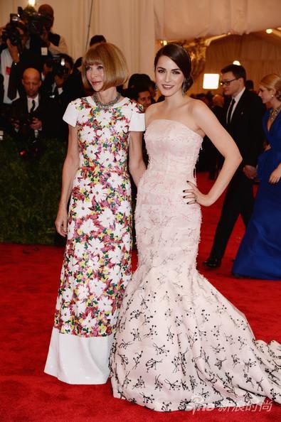 左:安娜-温图尔身穿Chanel 2013春夏高级定制